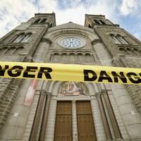 L'église du Très-Saint-Sacrement avec un ruban danger.