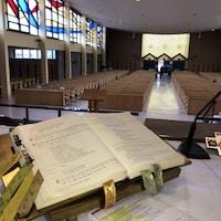 Un ouvrage est ouvert sur l'autel de l'église.