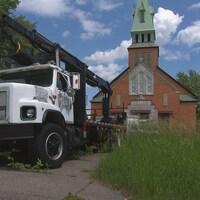 Un camion stationné devant une église.