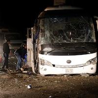 L'autocar est défiguré à la suite de l'attaque.