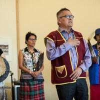 Le chef du conseil de bande d'Ekuanitshit, Jean-Charles Piétacho, lors de la visite des participants de l'expédition Canada C3