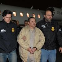Le baron de la drogue du Mexique est escorté par des policiers à son arrivée à l'aéroport Long Island MacArthur à New York, aux États-Unis.