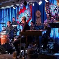 Les neuf musiciens jouent sur scène