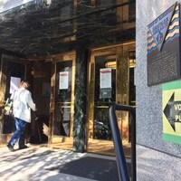 Une pancarte indique que le bureau de vote se trouve à l'hôtel de ville.