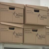 Des cartons avec la mention d'Élections Ottawa.