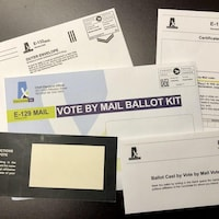 Des enveloppes et un bulletin de vote pour les élections en Saskatchewan.