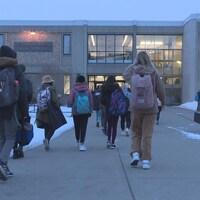 Des élèves arrivent à l'école.