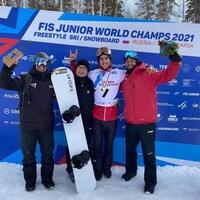 Éliot Grondin et son équipe posent après sa conquête du titre mondial junior, mardi, à Krasnoïarsk.