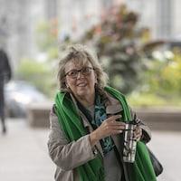 La chef du Parti vert du Canada, Elizabeth May, lors de son arrivée aux bureaux de Radio-Canada, à Montréal.