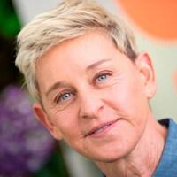 Ellen DeGeneres sourit.