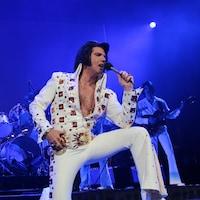 Martin Fontaine déguisé en Elvis Presley en train de chanter sur une scène.