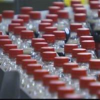 Une chaîne de montage de bouteilles de plastique