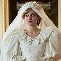 Montage photo représentant une femme portant une robe de mariée et Bébé Yoda