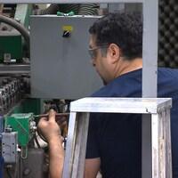 Un employé dans une usine du Groupe Novatech