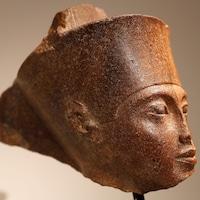 La tête de quartzite du dieu Amon associée au pharaon Toutankhamon avant la vente aux enchères chez Christie's à Londres.