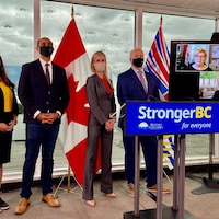 Plusieurs ministres, le premier ministre de la Colombie-Britannique et la présidente de la pétrolière Shell posent devant les caméras.