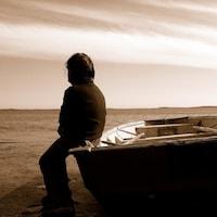 Un enfant atikamekw près d'un lac