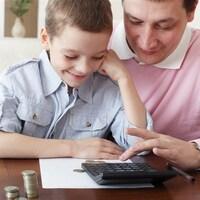 Un garçon et son père calcule.