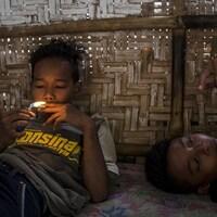Un enfant allume une cigarette
