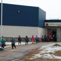 Les élèves de l'École Boréal quittent l'établissement après une visite le 27 mars 2017. Le retour officiel s'est fait en avril.