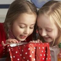 Des enfants regardent l'intérieur d'une boîte à lunch