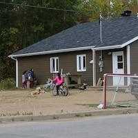 Des enfants jouent dehors, un autre est à vélo.