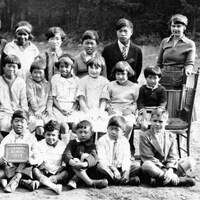 Des enfants posent pour la photo de classe avec leur enseignante.