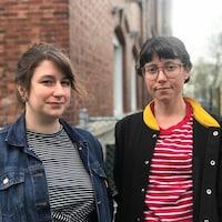 Deux enseignantes devant l'École de L'Étincelle.