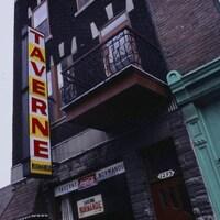 Façade et enseigne de la taverne Normandie, à Montréal, en 1979.
