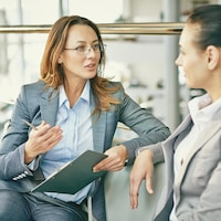 Une femme s'entretient avec une candidate dans le cadre d'une entrevue.
