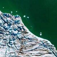 Vue aérienne du glacier Apusiajik, près de Kulusuk, sur la rive sud-est du Groenland.