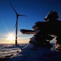 Une éolienne installée par Tugliq Énergie à la mine Raglan, au Nunavik, en 2015.