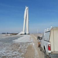 L'éolienne est pliée en deux, les lames reposant au sol.
