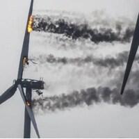 Les palmes de l'éolienne brûlent alors que la turbine est complètement carbonisée.