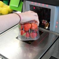 Caisse en libre-service dans une épicerie