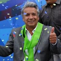 Lenin Moreno célèbre la victoire que vient de lui confirmer le Conseil national électoral.
