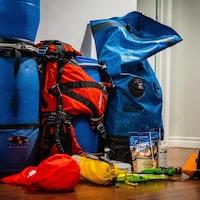 Équipement de plein air - sacs, baril étanche, casque, noix, etc.