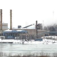 Une usine sur le bord d'une rivière