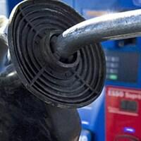 Gros plan sur une pompe de station d'essence