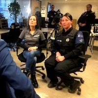 L'intervenante Marie-Ève Barrière et la policière Annie Fortin.