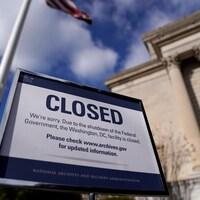 Une affiche indique qu'un bâtiment est fermé.