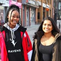 Deux jeunes femmes psoent pour la caméra dans une rue d'Ottawa au printemps.