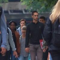 Des étudiants marchent sur un campus.