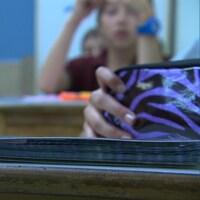 Une classe de niveau primaire, dans une école, avec un étui à crayons à l'avant-plan