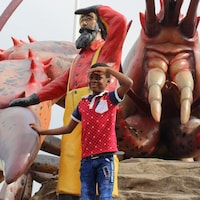 Euriel Ouedraogo, 7 ans, devant le homard géant à Shediac.