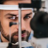Un homme subit un examen oculaire.