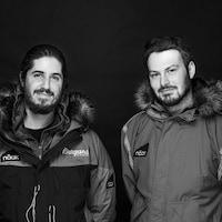 Portrait de Nicolas Roulx et Guillaume Moreau avec leurs manteaux d'expédition.