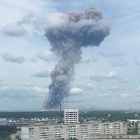 Une capture d'écran, montre de la fumée s'échappant du site d'explosion d'une usine d'explosifs dans la ville de Dzerjinsk.