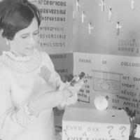 Jeune fille qui présente une expérience à son kiosque.