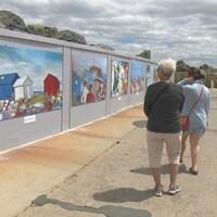 Des peintures sur des murs.